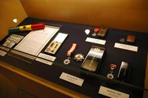 野口の功績におくられたメダル他